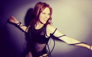 La chanteuse électro Audrey Valorzi lors d'un shooting photo - Le Blog : Le Charme Electro.com